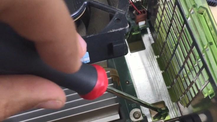xbox-1-changer-le-ventilateur-par-un-6cm.mp4_snapshot_00.31_[2017.05.19_09.22.33]